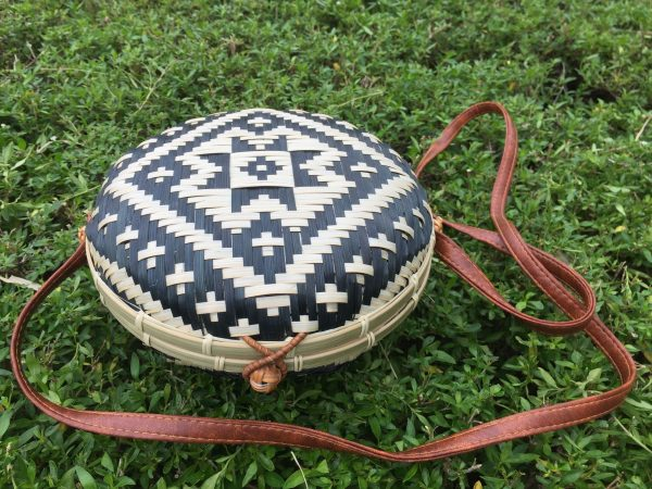 Round rattan purse black n white (2)